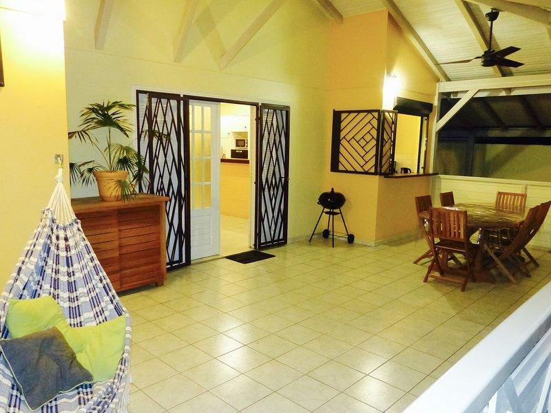 Détente en famille ou entre amis à 60 mètres de la plage, holiday rental in La Pagerie