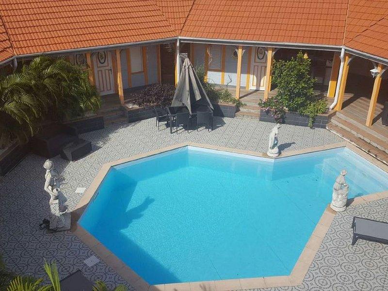 la villa sucrée vous accueille à l'abri des regards indiscrets, holiday rental in Sainte-Luce
