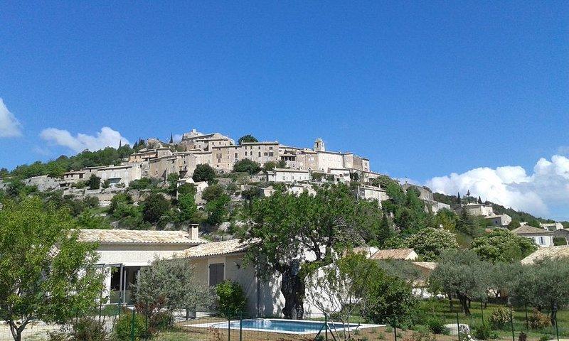 Maison neuve, lumineuse, avec piscine privative chauffée au coeur de la Provence, aluguéis de temporada em Oppedette