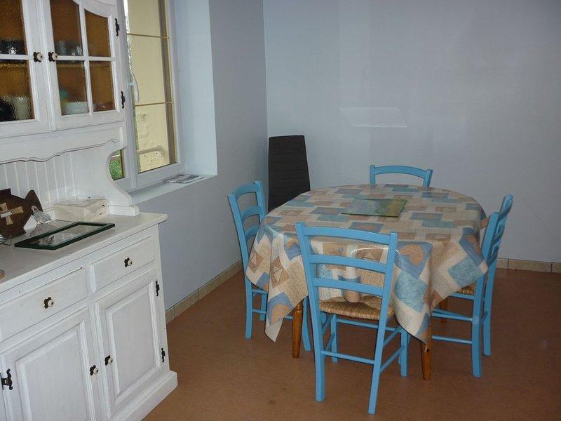 Appartement 2 chambres au 1er étage avec jardin dans une copropriété au calme, holiday rental in Pleslin-Trigavou