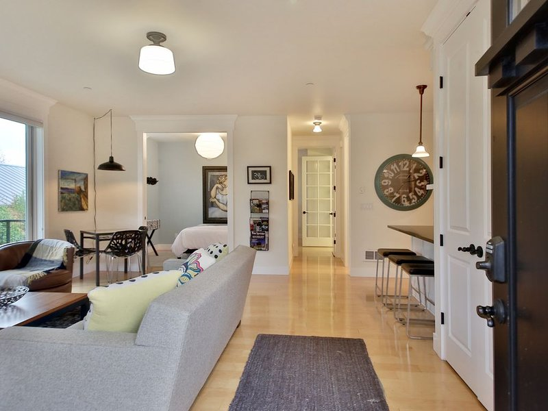 Robins Nest Langley-Newly Renovated Modern Condo In Downtown Langley, location de vacances à Langley