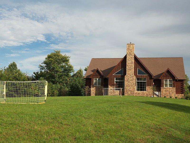 High Point Retreat! Large open concept.  Great for family gatherings!, location de vacances à Laurelville