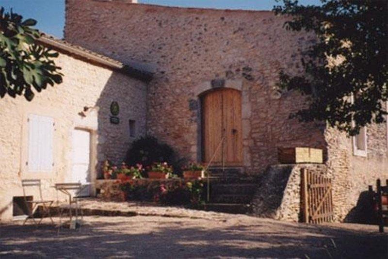 Maison du 14e siècle, aux abords de Simiane la Rotonde, entre Ventoux et Luberon, vacation rental in Oppedette