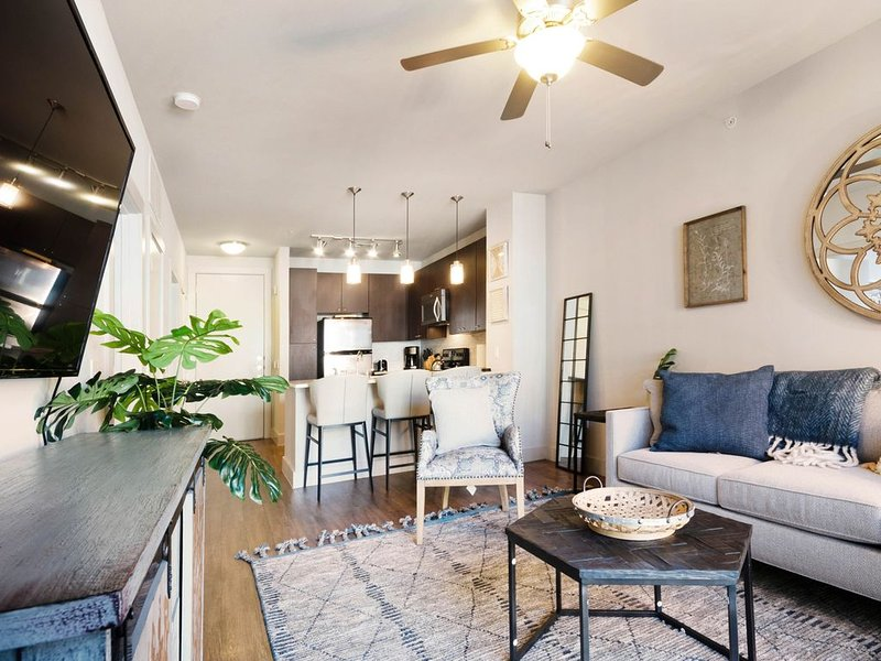 Modern downtown condo w/shared swimming pool, free WiFi, shared gas grill – semesterbostad i Dallas