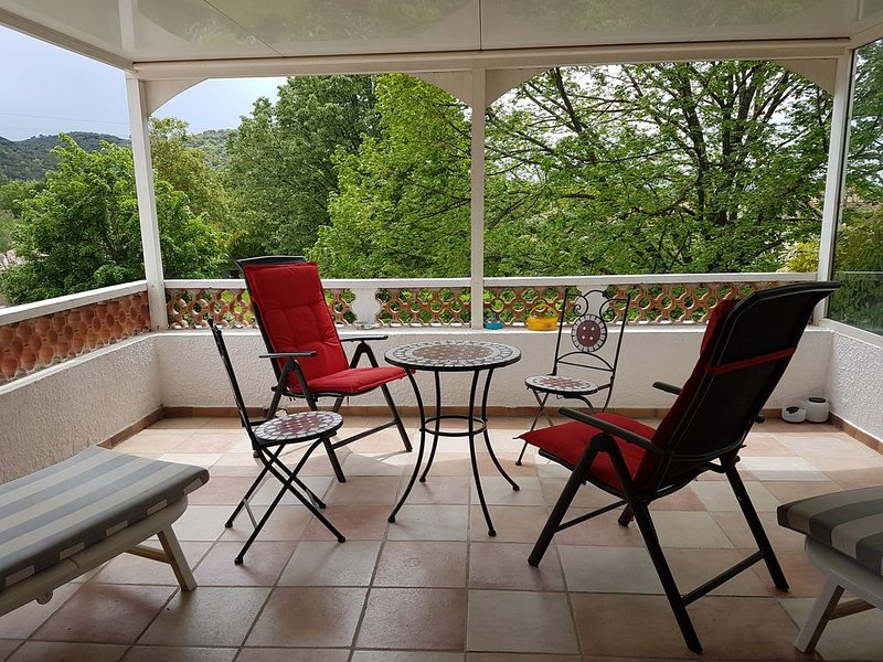 T2 - 37 m2 dans Parc de 5000m2, holiday rental in Ginasservis