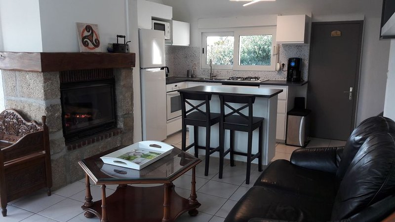Maison indépendante à 150 m de la belle plage de Trestel, holiday rental in Trevou-Treguignec