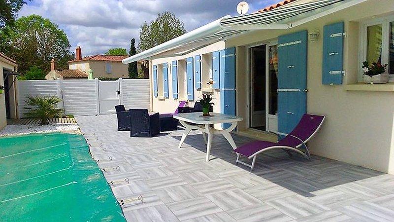 Agréable maison ( 6 pers) avec piscine et proche de la mer, holiday rental in Le Champ-Saint-Pere