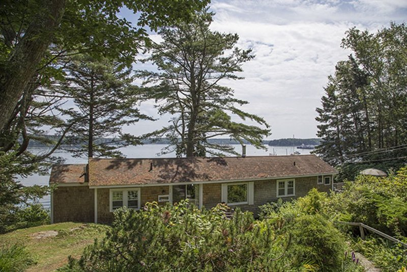 Classic Waterfront Cottage with Private Cove and Gardens - Boothbay Harbor, alquiler de vacaciones en South Bristol