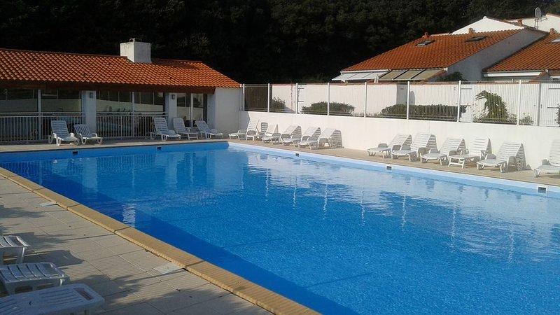 Jolie maisonnette avec piscine et tennis dans une résidence privée, aluguéis de temporada em Talmont Saint Hilaire