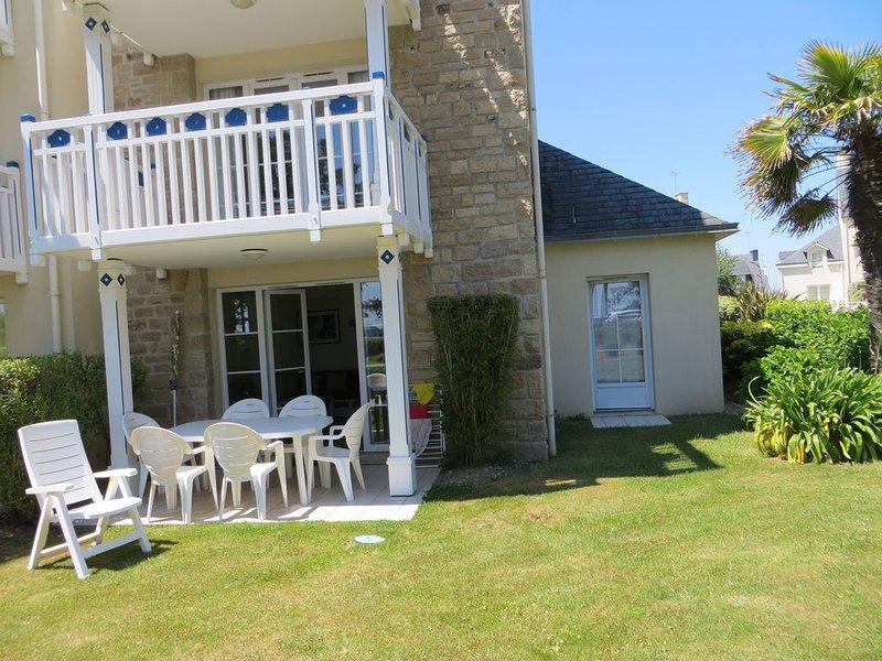 face à la mer, appartement rez-de-jardin dans résidence  standing  avec piscine,, holiday rental in Fouesnant