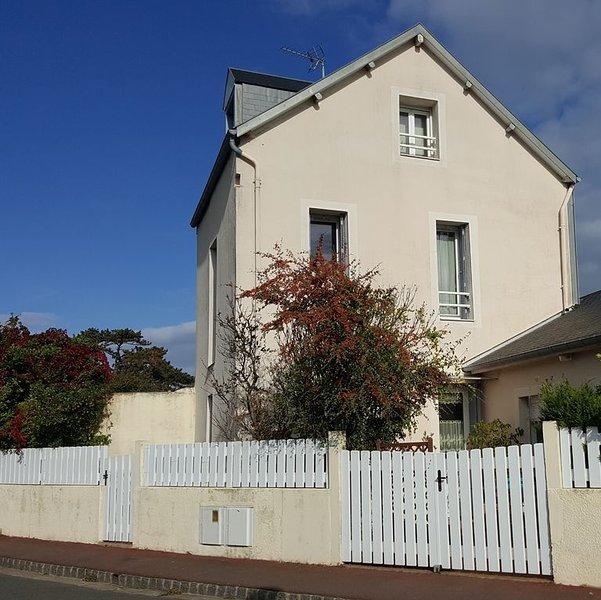 Gîte cosy (5 pers) avec terrasse, 250m de la mer et du jardin Christian Dior, vacation rental in Granville