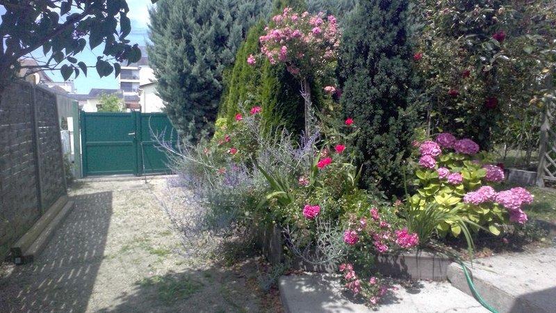 Charmante maison très ensoleillée au calme, grand jardin, proche mer et commerce, holiday rental in Bonneville-sur-Touques