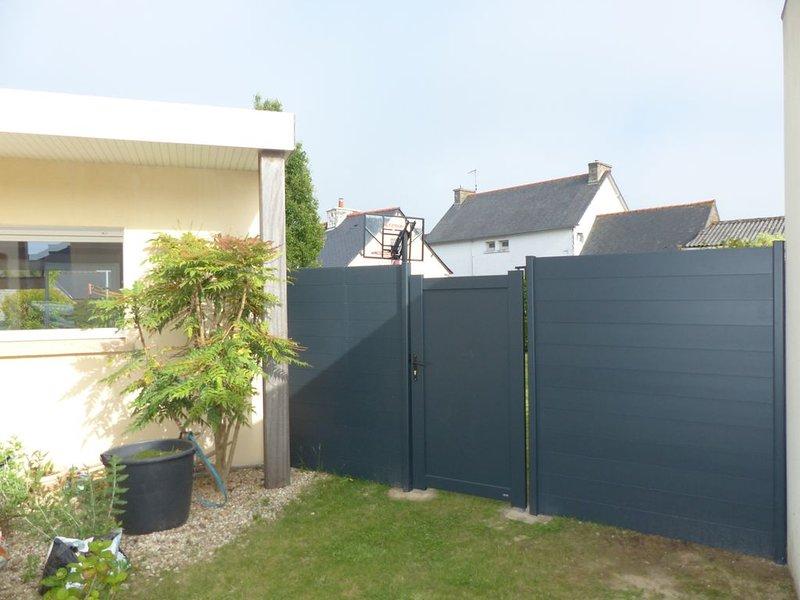Maison moderne avec jardin clos,  proche des commerces et des plages, vacation rental in Hillion