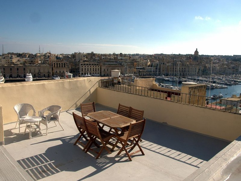A remarkable 500 years old house of character., holiday rental in Senglea
