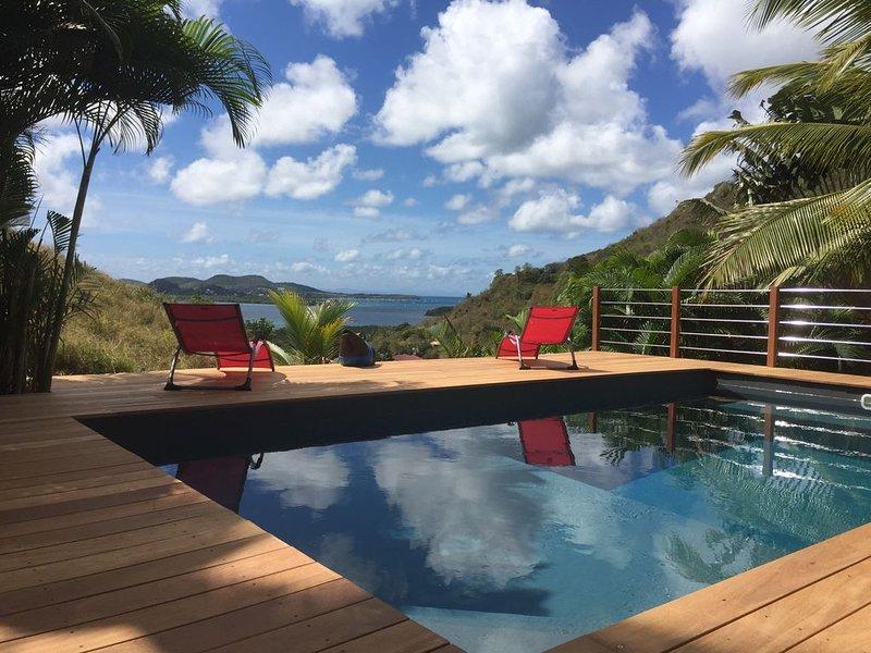 GITE 2 PERSONNES ,PISCINE,  VUE MER , FACE A LA BAIE DU MARIN DANS LES CARAIBES, location de vacances à Le Marin