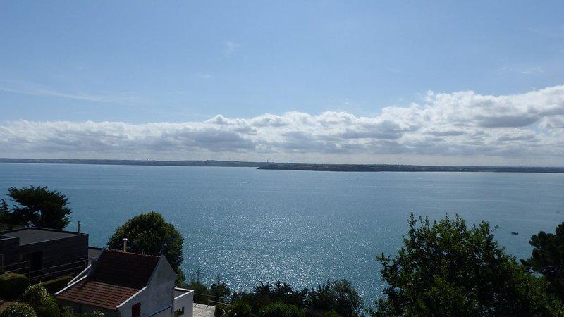 Gîte vue mer sur la Baie de Saint Brieuc, accès GR34, 10 min à pied de la plage, vacation rental in Hillion