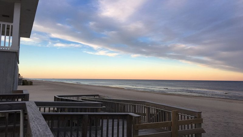 NEW LISTING: Ocean Block Condo ☼ Large Deck, Beautiful Interior, location de vacances à Ortley Beach