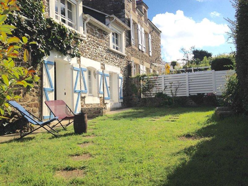 Longère rénovée en 2017 avec jardin,  mer et bourg à pied  (classée 3 étoiles), Ferienwohnung in Saint-Lunaire