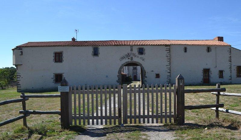Maison au calme - cadre unique et préservé (dépendance du château), vacation rental in Saint-Christophe-du-Ligneron