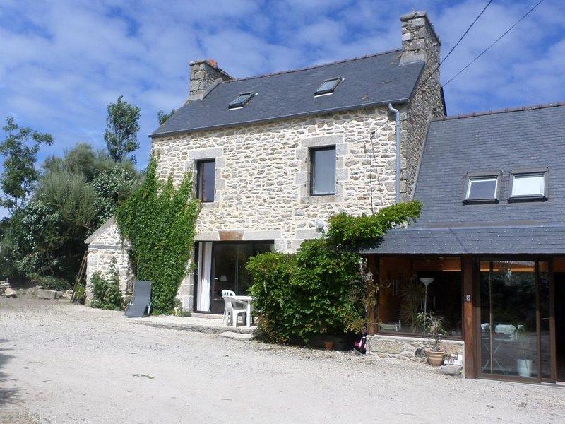 Maison mitoyenne  Plounéour-Trez, 2 à 6 personnes, 1 km des plages,  sur GR 34., holiday rental in Lesneven