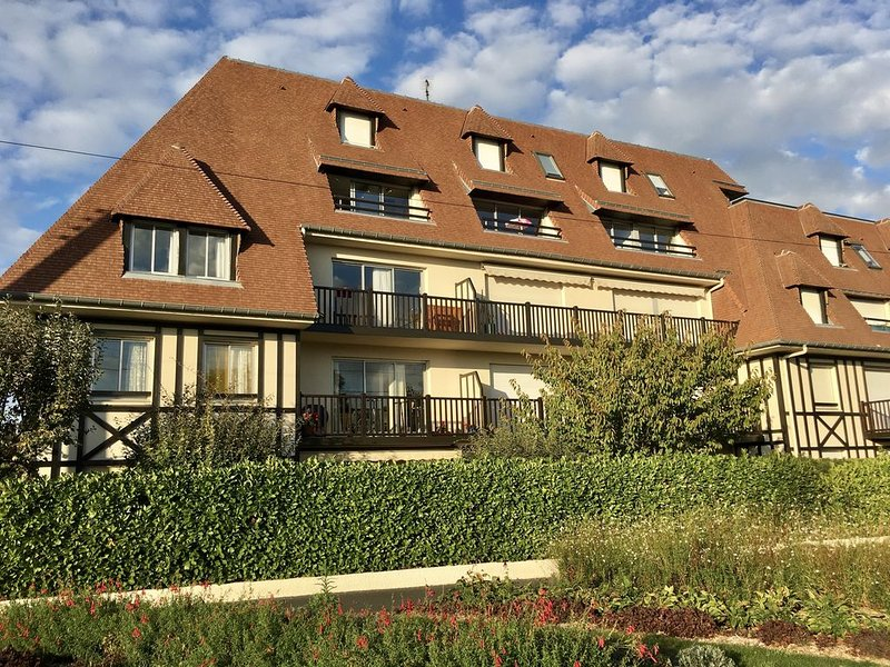 Bel appartement bord de mer - 2 chambres - Parking privatif - Exposition sud, holiday rental in Cabourg