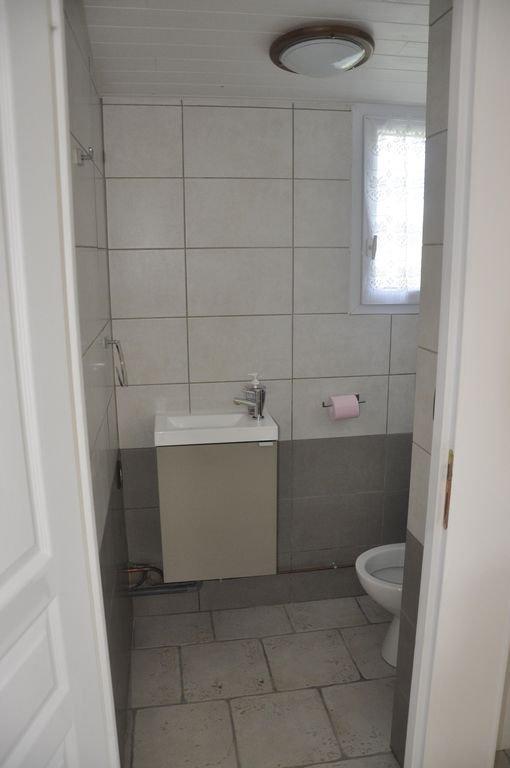 Cabinet de toilette séparé avec lave-mains.