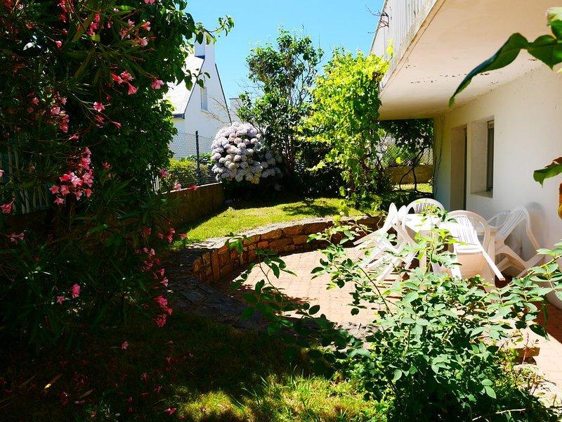 Appartement rez de jardin, calme, terrasse, jardin et parking privatifs 100m mer, holiday rental in Lanester