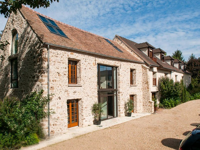 Grand loft de charme avec jardin  idéal pour famille ou affaire - WIFI, aluguéis de temporada em Chevreuse