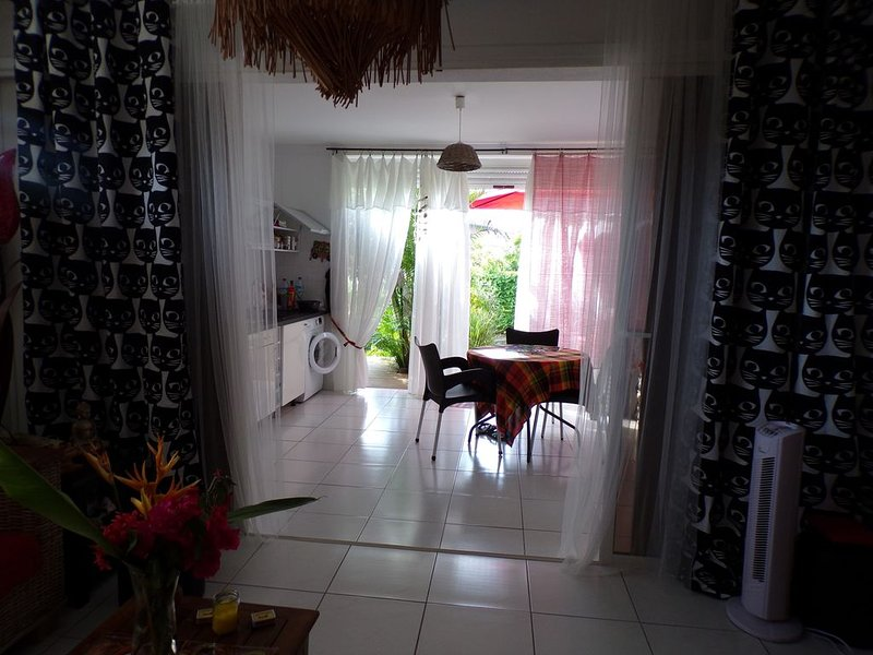 ANSE A L'ANE - Grand T2 sur Jardin Tropical- avec Terrasse - Plage à pieds, holiday rental in La Pagerie