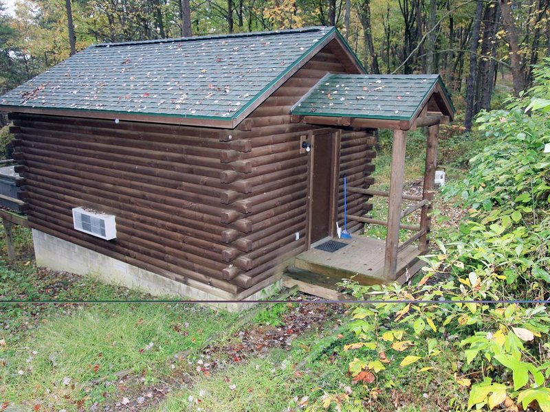 Comfy couples cabin in the woods of Hocking Hills with a hot tub!, holiday rental in Logan