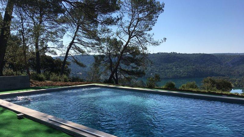 MAISON DE CHARME AVEC VUE EXCEPTIONNELLE SUR LE LAC D'ESPARRON, holiday rental in Valensole