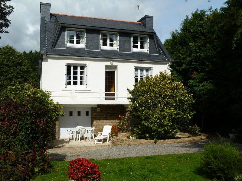 Maison spacieuse et confortable dans un jardin arboré . Wi Fi, holiday rental in Concarneau