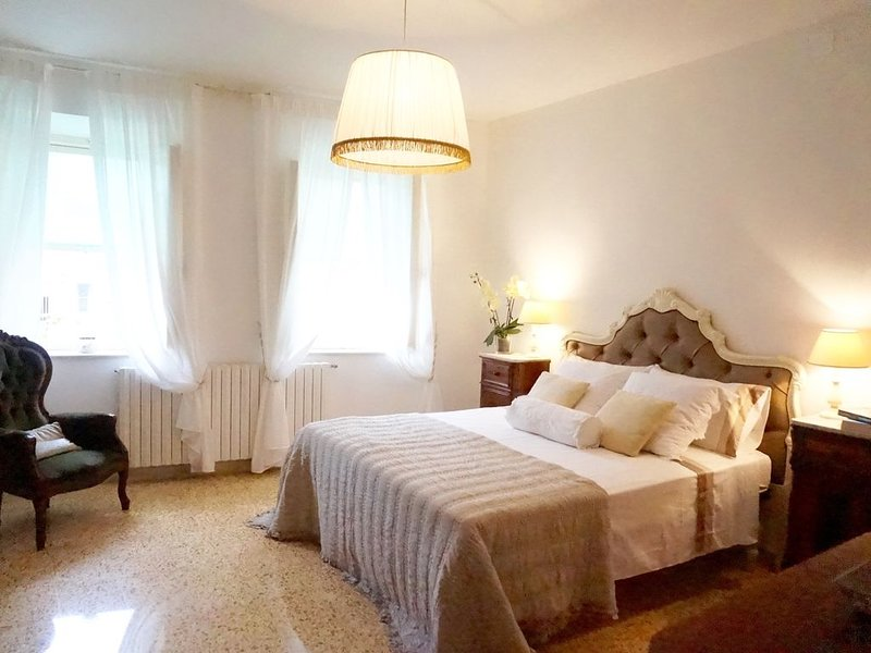 Stylish village home, group/family friendly, 5 min walk  shops, restaurants etc., casa vacanza a Bientina