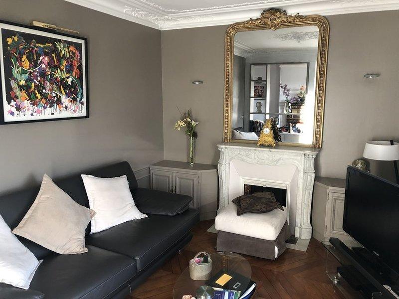 appartement haut de gamme, 6éme étage, vue Tour Eiffel toits de Paris ensoleillé, holiday rental in Paris