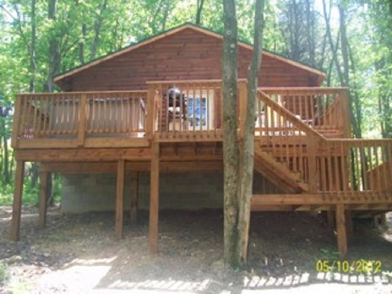 Two bedroom one bath cabin that sleeps six with a hot tub!, holiday rental in Logan
