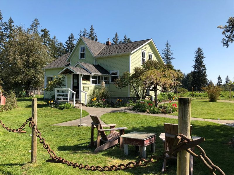 1907 Anderson Farmhouse-Complete Restoration, Peaceful & A Step Back in Time, casa vacanza a Langley