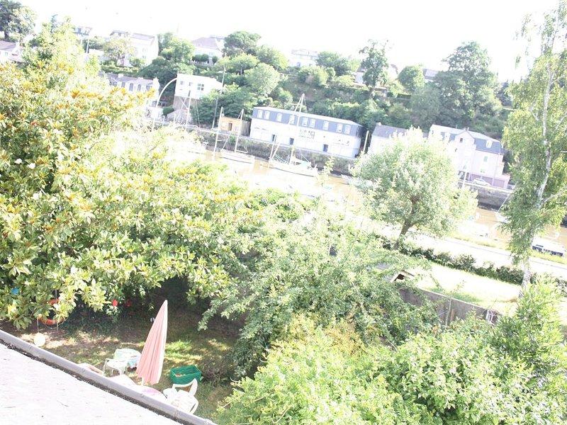 Maison au bord de l'eau avec jardin arboré clos, vacation rental in Hennebont