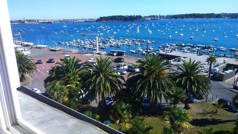 Panorama exeptionnel, appartement très lumineux, calme assuré. Grandes marées., vacation rental in Dinard