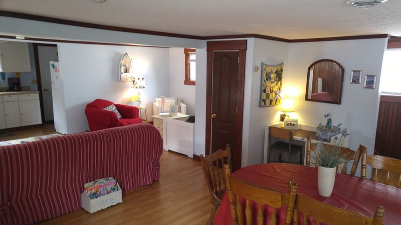Middle of the strip! Lake Escape Cottage, Sleeps 10, Private Lane with Lake View, holiday rental in Geneva on the Lake