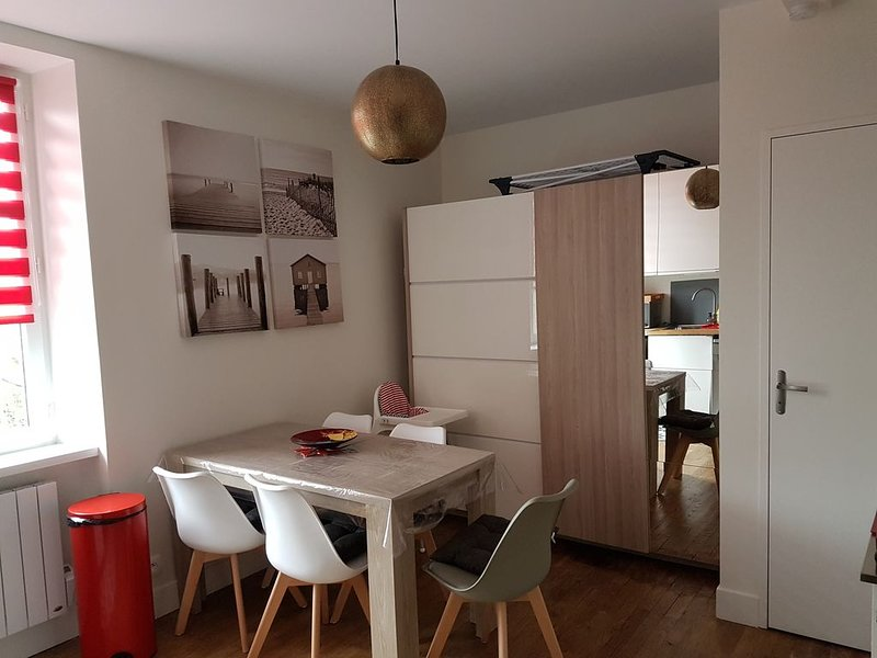 JOLI APPARTEMENT 3 PIECES NEUF CENTRE VILLE DE CANCALE, WI-FI, vacation rental in Cancale