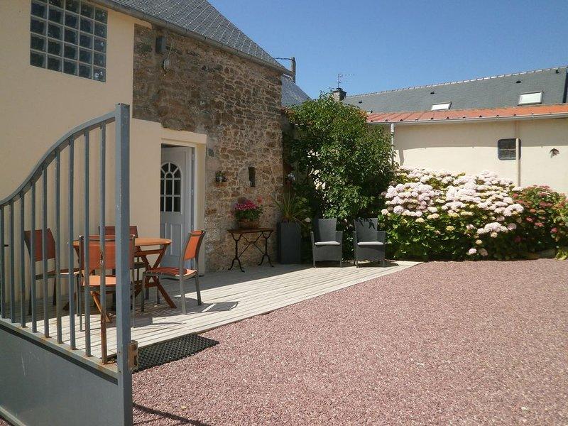 Grange rénovée dans un petit village tranquille à 1 Km du bourg et commerce, vacation rental in Surtainville