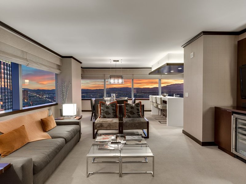 Vdara's Biggest Penthouse! 2+BR/ Stunning 270° Strip Views! Sleeps 7! 45th Floor, aluguéis de temporada em Las Vegas