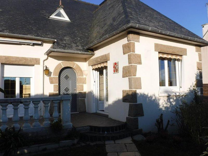 maison avec jardin clos.  proche GR34,  plages et commerces, casa vacanza a Hillion