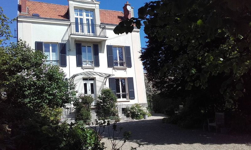 Lovely 19th Century Family House Garden 25 mn from Paris & Disneyland, alquiler vacacional en Vaires-sur-Marne