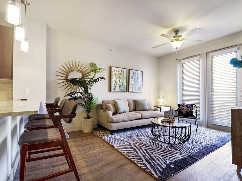 Modern retreat 2 miles from downtown w/pool & private washer/dryer – semesterbostad i Dallas