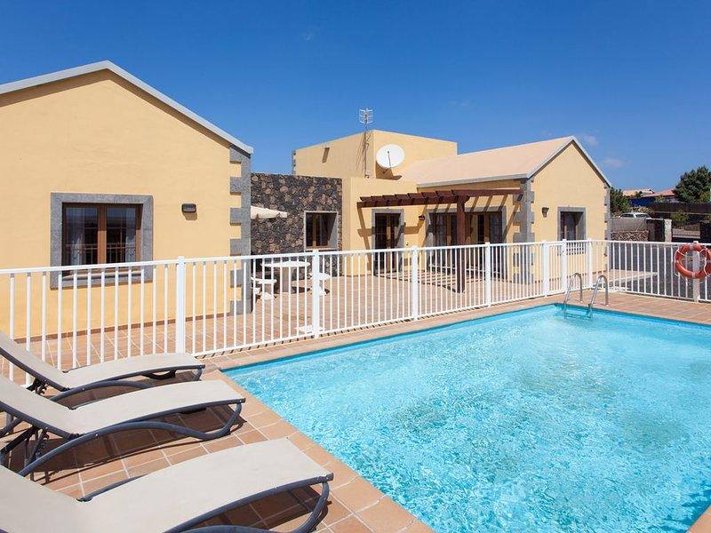 Tao Mazo 3 - Estupenda casa de 3 dormitorios con piscina privada, jardín y BBQ, holiday rental in Lajares
