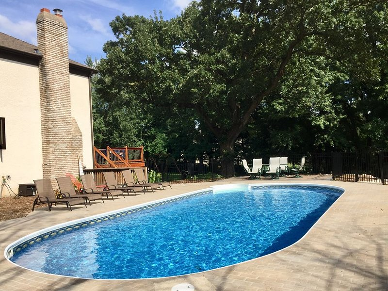 Large 6-Bedroom Retreat Perfect w/ Heated Pool, vacation rental in Brooklyn Park