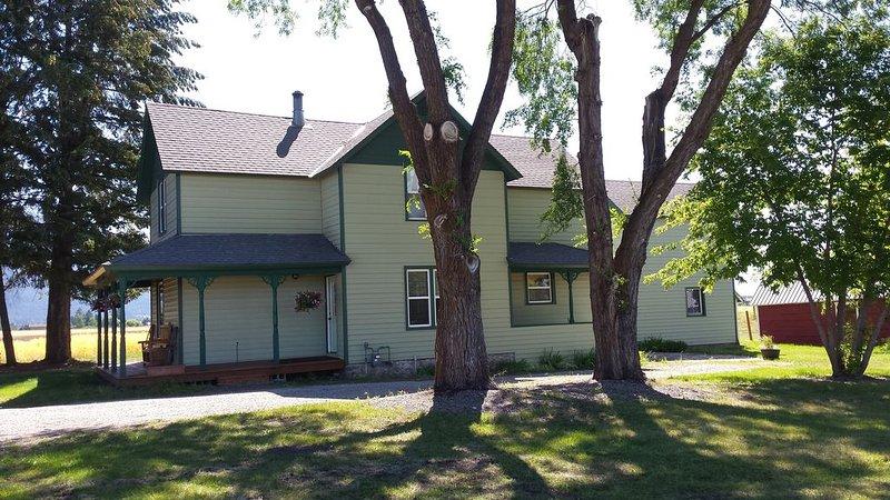 1903 Family Farm Home offers Full Amenities, Majestic Views, near Glacier Park, location de vacances à Kalispell