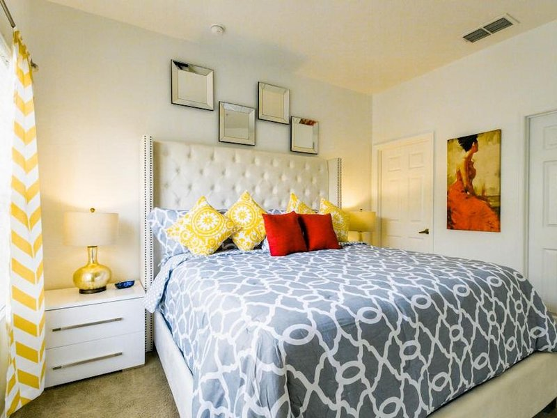 Superb Townhouse Newly Renovated 1.5 miles to Disney, holiday rental in Orlando