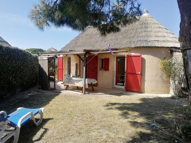 Maison au bord de l'eau ,grand jardin WIFI et piscine Le Barcarès, casa vacanza a Le Barcares